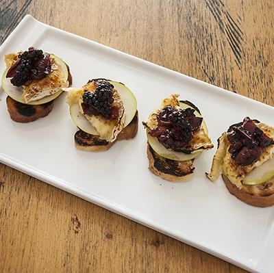 Cana y frutas pintxo crostini