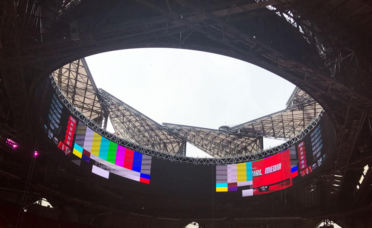 Mercedes benz stadium 39 s roof to stay shut deep into for Mercedes benz stadium jobs